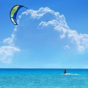 0186eshutterstock_4214641_800_533---Sari-ucurtma-ile-mavi-gokyuzu-ve-deniz