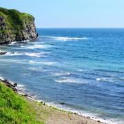 109b7shutterstock_40914082_800_533---Mavi-deniz-uzerinde-yesil-cim-kayalar