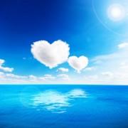 1d063shutterstock_125440220_600_600---Kalp-sekilli-bulutlar-gokyuzunun-altinda-mavi-deniz.