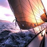43666shutterstock_291434_800_580---kopuklu-deniz-icinde-yelkenli