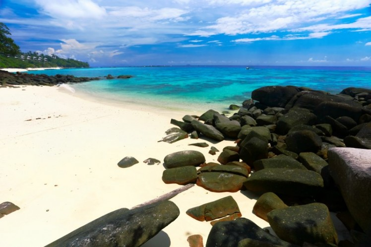 6599dshutterstock_41358808_800_533---Beyaz-kum-tropikal-plaj.-phi-phi-adasi.-tayland