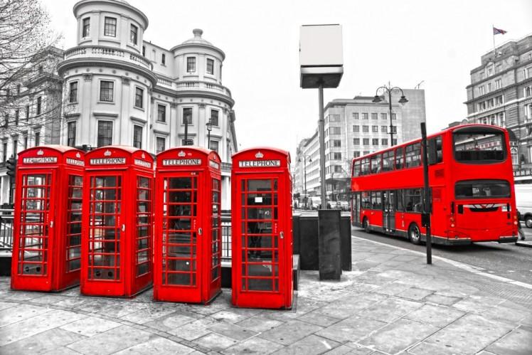 062eashutterstock_97675979---cift-katli-otobus-ile-Kirmizi-telefon-kulubeleri-ve-siyah-beyaz-arka-plan,-Londra,-ingiltere