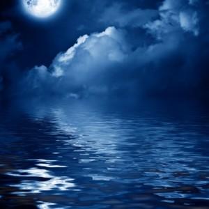 36f8eshutterstock-53403607---gece-bulutlarla-kapli-gokyuzunde-gizemli-ay-ve-suya-yansimasi