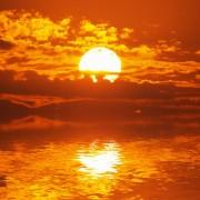 3dc79shutterstock_132131183--gunes-bulutlarin-arasinda-kaybolurken-suda-yansima