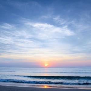 74f50shutterstock_131036108--Bulutlu-gokyuzu-ve-gunes-batarken-deniz-manzarasi