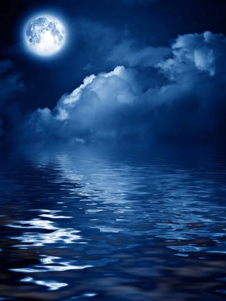 75fd4shutterstock-53403607---gece-bulutlarla-kapli-gokyuzunde-gizemli-ay-ve-suya-yansimasi