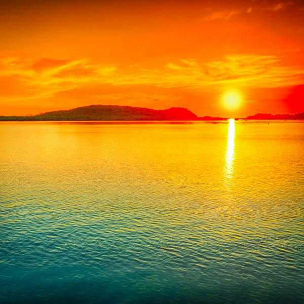 a7596shutterstock_130222997--Deniz-uzerinde-buyuleyici-gunbatimi-manzarasi