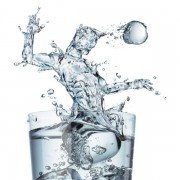 c1bf9shutterstock_92010968_600_600---Bardak-icerisinde-futbolcu-gorunumlu-su-sicramasi